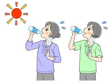 屋外でマスクをはずして水分補給する高齢の夫婦
