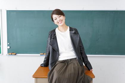 教壇に座る不良学生