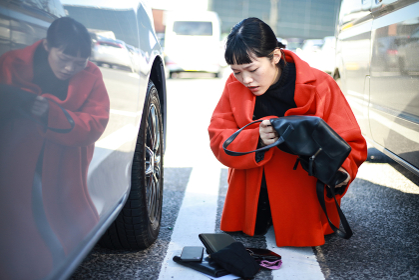 駐車場で車の鍵をさがす女性