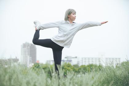 屋外で運動をする女性