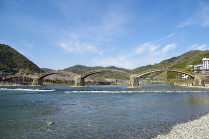 錦川に掛かる木造アーチ構造の錦帯橋
