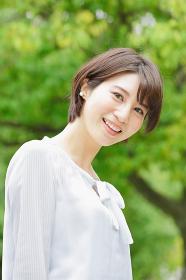 新緑の中でほほ笑む日本人女性