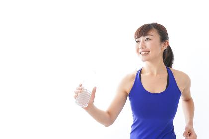 水分を摂取するスポーツウェアの女性