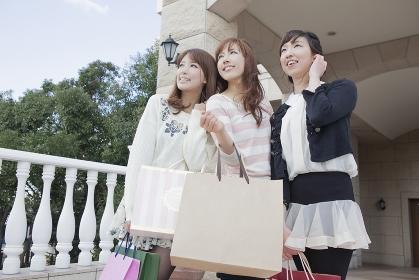 友達とショッピングバッグを持つ女性