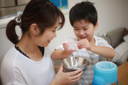 かき氷を作る親子