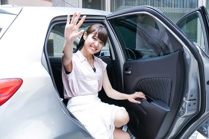 車でデートをする若い女性