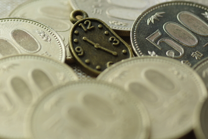 お金と時計の小物(時給、アルバイト、パート、派遣のイメージ素材)