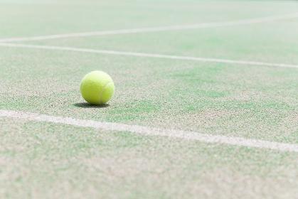 テニスボールとコート