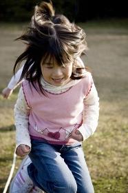 縄跳びをする小学生イメージ