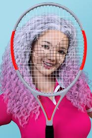 テニスのラケット越しに笑顔を見せるワッフルヘアーの女の子