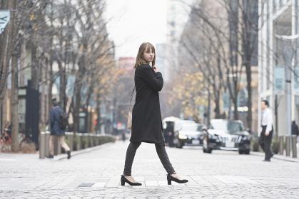 日本・東京のビジネス街を歩く