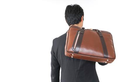 スーツで通勤をするビジネスマン
