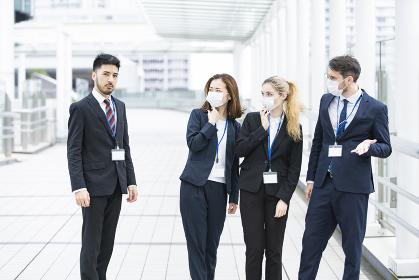 マスクがなくて周囲に避けられるビジネスマン