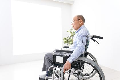 車椅子に乗る高齢の男性