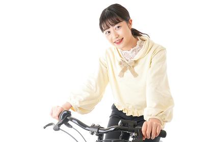 自転車を運転する若い女性