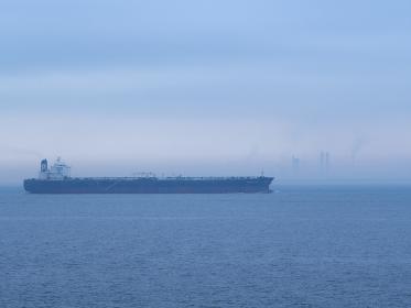 タンカーが通過する靄に包まれた東京湾の風景