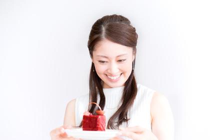 嬉しそうにケーキを見つめる女性