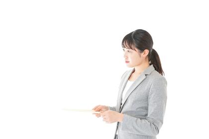 書類を提出する若いビジネスウーマン