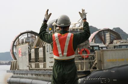 LCACの誘導員(2010年徳島県津波防災訓練)