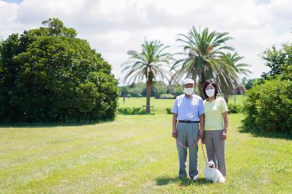 感染症に気を使いながら散歩をする高齢の夫婦