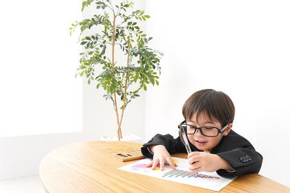 決算資料を読むビジネスマン