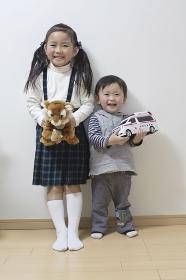 姉弟で仲良くおもちゃを持って並んでパチリ