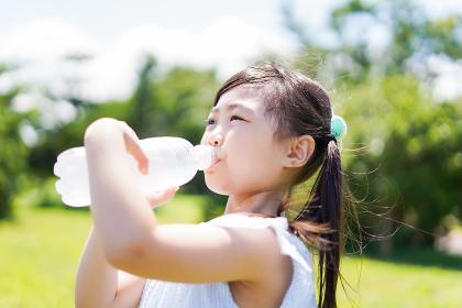 水分補給をする小さな女の子