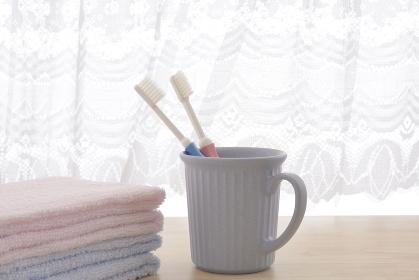 朝イメージの歯ブラシとタオル