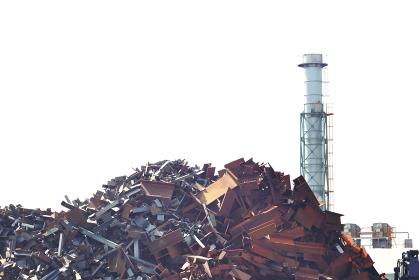 金属類の産業廃棄物と工業地帯の煙突