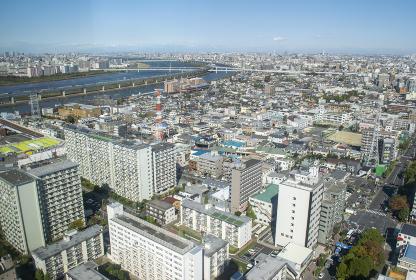 東京のビル群と荒川