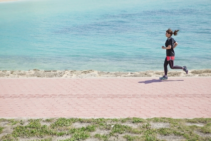 海岸でランニングをする女性