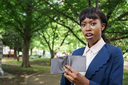 財布を見る若い女性