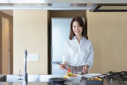 料理をする女性のイメージ(新生活・マイホーム)