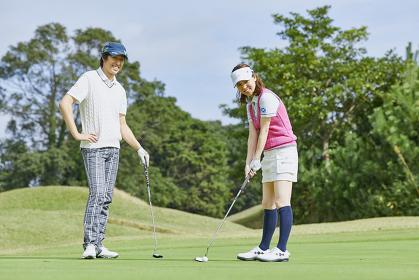 ゴルフを楽しむカップル