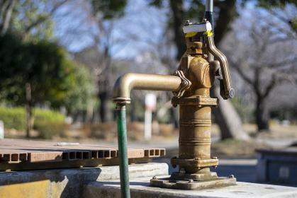 古びた井戸の手押しポンプ