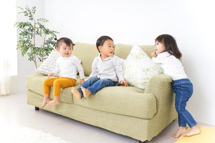 家で仲良く遊ぶ子供