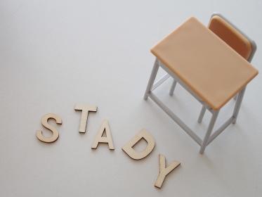 机と椅子と学習の文字イメージ