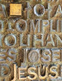 スペイン・バルセロナにて大聖堂サグラダファミリアの副音の門クローズアップ