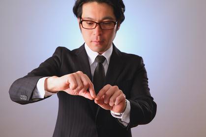 抓む動きをする日本人ビジネスマン