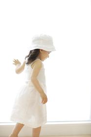 窓辺を歩くハーフの女の子