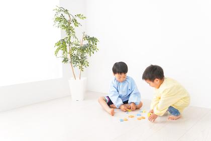 幼稚園で楽しく遊ぶ男の子