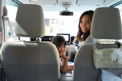 お母さんとドライブをする子ども
