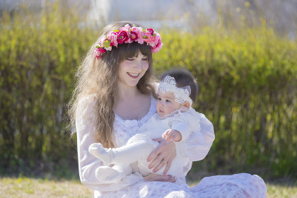 公園で遊ぶ親子(赤ちゃん)