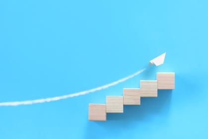 積木でできた階段の上を飛ぶ紙飛行機 3