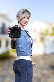 ジージャンを羽織った銀色のショートヘアの女性が片手でカメラを持って振り向きカメラレンズをこちらに向けているポーズ