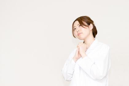 医療のイメージ・願う・祈る(医者・女性・看護婦・研究・白衣)