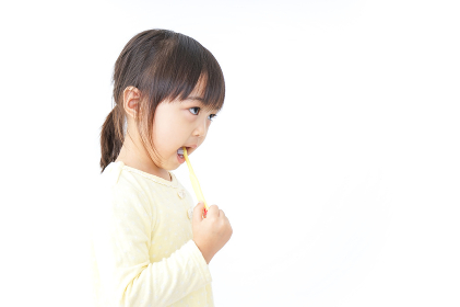 歯磨きをする子ども