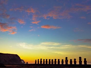 チリ・イースター島のトンガリキにて一列に並ぶ15体モアイ像の夜明けの様子