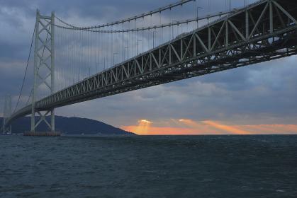 明石海峡大橋と天使の梯子