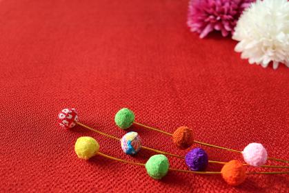 正月イメージ ちりめんで作った餅花と菊の造花